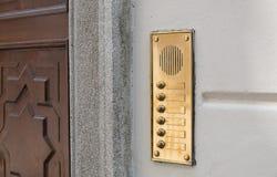 Lyxig dörrhögtalaranläggning och klockaknappar i mässing arkivfoto