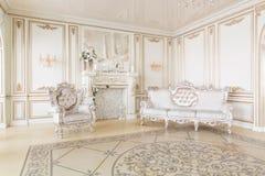 Lyxig dekor med dagsljus modern fotografisk studio Ljus inre för vårrumstudio royaltyfria foton