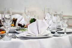 Lyxig festlig tabell med läcker mat och drinkar royaltyfria bilder