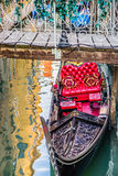 Lyxig gondol under bron, Venedig, Italien arkivbilder