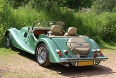 Lyxig grön bil för sport eller för klassiker arkivbilder