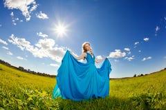 Lyxig härlig kvinna i den utomhus- trendiga klänningen för lång afton Royaltyfri Foto