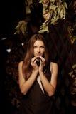 Lyxig härlig ung kvinna i en mystisk skog Royaltyfria Foton