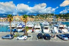 Lyxig hamn med yachter, bilar och cityscape, Menton, Frankrike, Europa royaltyfri bild
