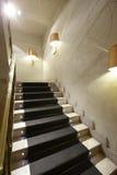 Lyxig hemmiljö med marmortrappa Arkivfoto