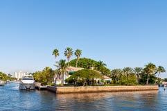 Lyxig herrgård med en yacht Arkivfoton