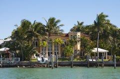 Lyxig herrgård på stjärnaön i Miami Royaltyfri Bild