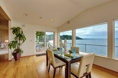 Lyxig husinre Ljust elegant äta middag område med sceniska lodisar Royaltyfria Bilder