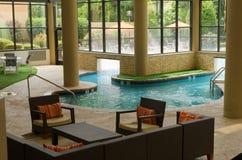 Lyxig inomhus utomhus- simbassäng i naturligt ljus Royaltyfri Bild