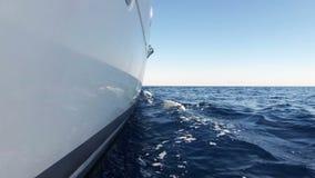 Lyxig katamaransegling till och med havsvågor stock video