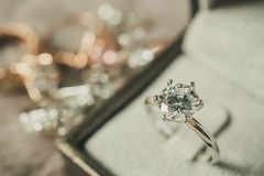 Lyxig kopplingsdiamantcirkel i smyckenask royaltyfria foton