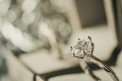 Lyxig kopplingsdiamantcirkel i smyckenask royaltyfri bild
