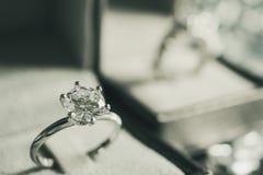 Lyxig kopplingsdiamantcirkel i smyckenask royaltyfri fotografi