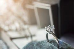 Lyxig kopplingsdiamantcirkel i smyckengåvaask med bokeh royaltyfri foto