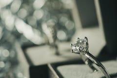 Lyxig kopplingsdiamantcirkel i smyckengåvaask royaltyfri fotografi