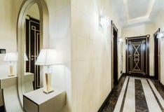 Lyxig korridor i modern herrgård Arkivbild
