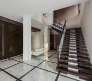 Lyxig korridorinre med trappuppgång- och exponeringsglasgarderoben Royaltyfria Foton