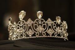 Lyxig krona med diamanter, diademsmycken, på svart bakgrund arkivbilder