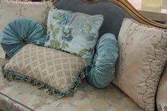 Lyxig kudde på sängen i sovrummet Royaltyfria Bilder
