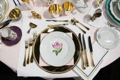 Lyxig kunglig person som äter middag uppsättningen med mani gafflar och knivar på händelsen i restaurangen royaltyfri foto