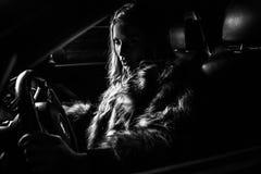 Lyxig kvinna i en bil. Fotografering för Bildbyråer