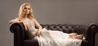 Lyxig kvinna på soffan royaltyfri foto