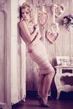 Lyxig kvinna Slank nätt kvinna för ung innegrej i sovrummet Royaltyfria Bilder