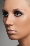 Lyxig kvinnamodell med elegantt modesmink royaltyfria bilder