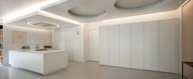Lyxig lägenhet, vitt kök arkivfoto