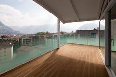 Lyxig lägenhetbalkong, loft ytter arkivfoto