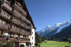 Lyxig liten chalet för Europa skidåkninghotell, fjällängar och snö, kopieringsutrymme royaltyfri fotografi