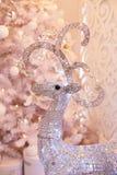 Lyxig ljus vardagsrum dekorerade med den härliga vita julgranen Inre för ` s för nytt år Silverfullvuxen hankronhjort royaltyfri fotografi