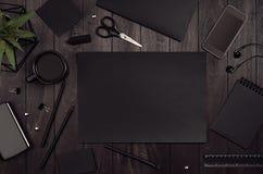 Lyxig mall för företags identitet, arbetsställe med den svarta tomma uppsättningen för pappers- brevpapper på det wood brädet för arkivfoto