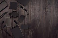 Lyxig mall för företags identitet, arbetsställe med den svarta tomma uppsättningen för pappers- brevpapper, telefon, kopieringsut arkivfoto