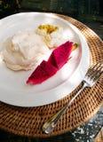 Lyxig marängefterrätt & tropiska frukter Royaltyfria Bilder
