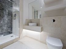 lyxig marmor för badrum Arkivbilder