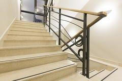 Lyxig marmortrappa i hotelllobby Arkivfoton