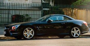 Lyxig Mercedes-Benz SL kupé på gatan Arkivbilder