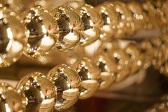 Lyxig modegarnering för guld- bollar Guld- sfärbakgrund Fotografering för Bildbyråer