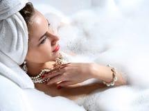 Lyxig modekvinna med den mjuka stora handduken i morgonhotellbrunnsorten Royaltyfri Bild