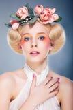 lyxig model stående för blond frisyr Royaltyfria Foton