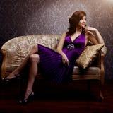 Lyxig modell för mode i lilaklänning Ung skönhetstilflicka B Royaltyfri Fotografi