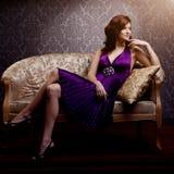 Lyxig modell för mode i lilaklänning Ung skönhetstilflicka B Arkivbild