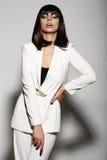 Lyxig modemodell i den vita dräkten Royaltyfri Fotografi
