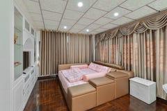 Lyxig modern sovruminre och garnering, inredesign royaltyfri foto