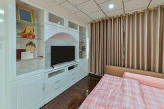 Lyxig modern sovruminre och garnering, inredesign fotografering för bildbyråer