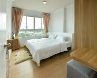 Lyxig modern sovruminre och garnering, inredesign royaltyfri fotografi