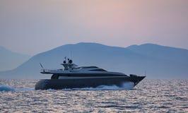 Lyxig motor-yacht på skymningen arkivfoto