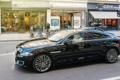 Lyxig ny svart körning för Jaguar XJ SJÄLVBIOGRAFI LWB Arkivbild
