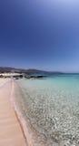 Lyxig obebodd strand med kristallklart vatten för turkos royaltyfri foto